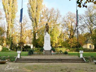 Világháborús emlékmű a Szabadság parkban